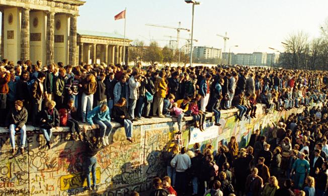 second-east-germans-freed-to-go-to-west-berlin-for-first-time-in-almost-30-years